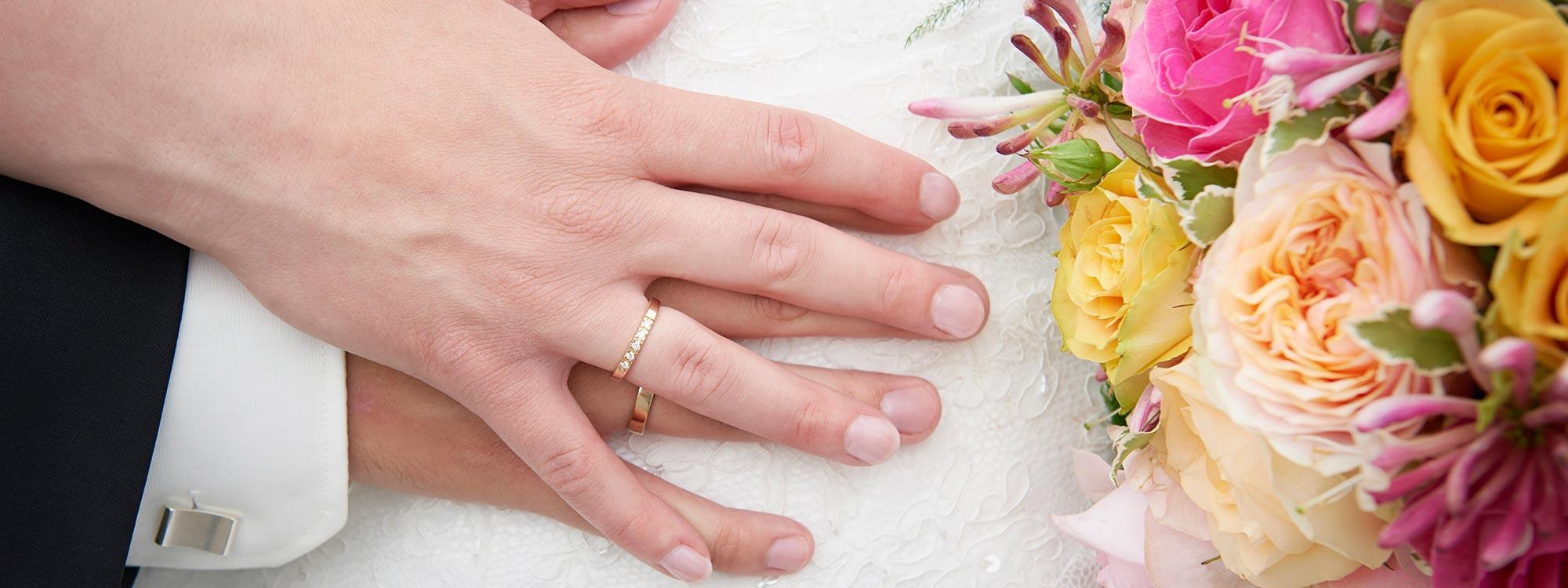 Bryllupsbillede af brudepars hænder