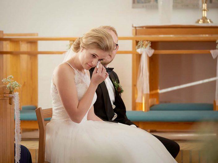 Brud tørrer en tåre i kirken