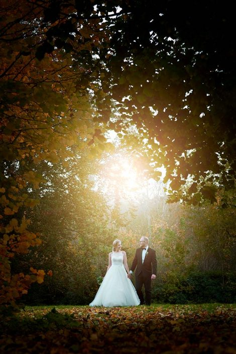 Brudepar i efterårslys