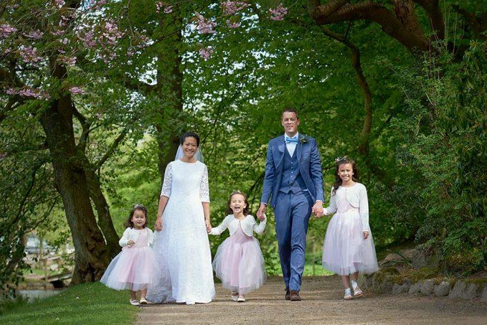 Brudepar med brudepiger