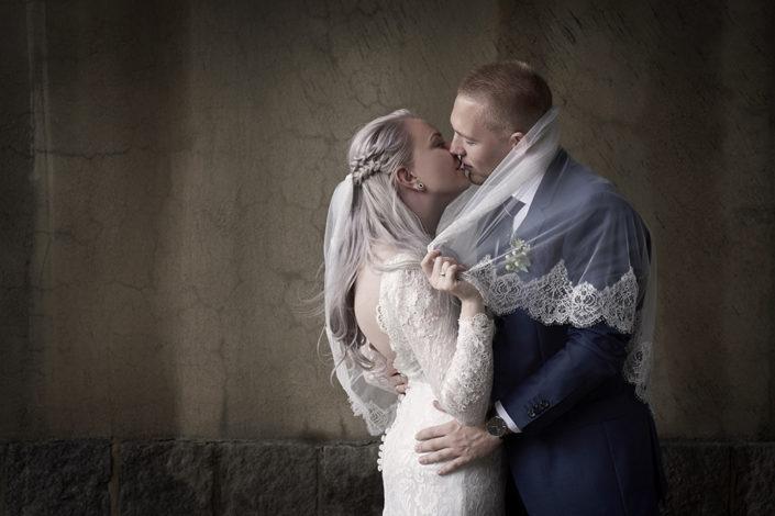 Bryllupsfotografi brud kysser gom