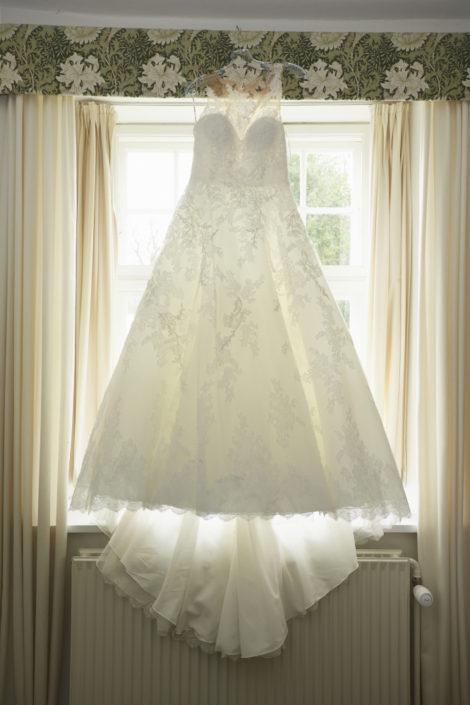 Bryllupsfotografi brudekjole ved brudens forberedelse
