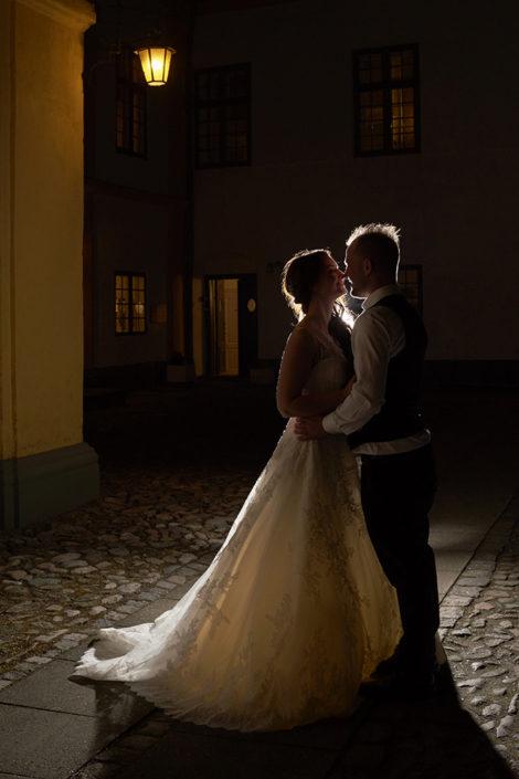 Bryllupsfotografi brudepar i aftenstemning ved slot