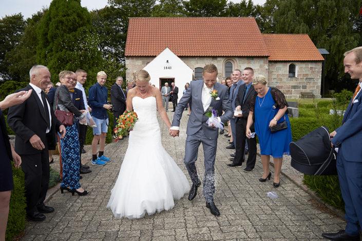 Bryllupsfotografi brudepar forlader kirken