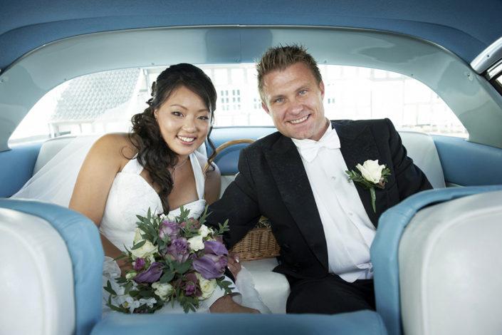 Bryllupsfotografi nygift brudepar i bil