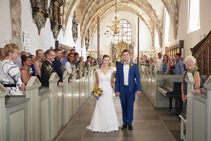 Bryllupsfotografi glad brudepar i kirken
