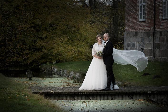 Bryllupsfotografi brudepar i park ved slot