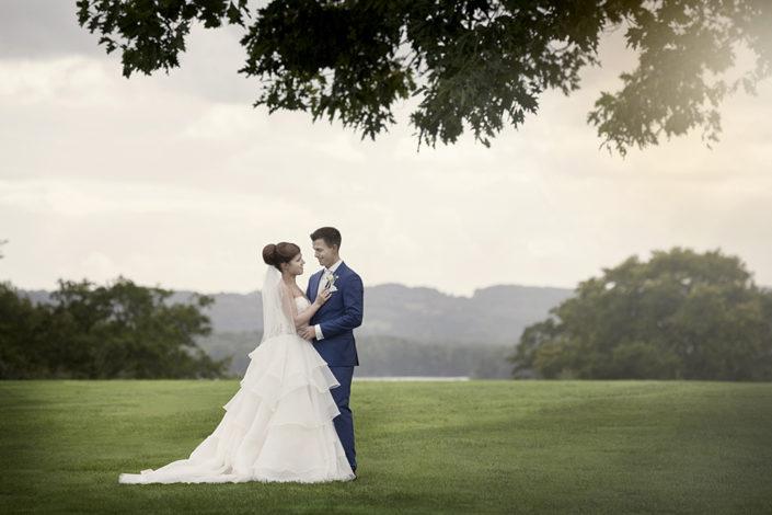 Bryllupsfotografi brudepar i park