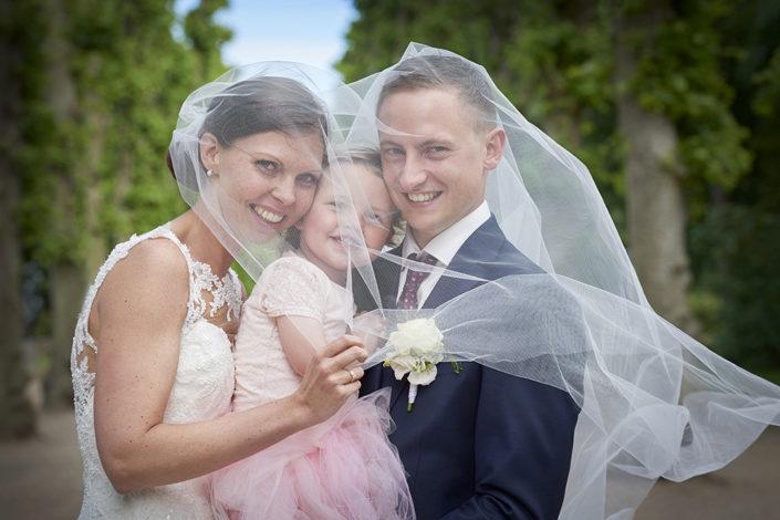 Bryllupsfotografi brudepar med brudepige