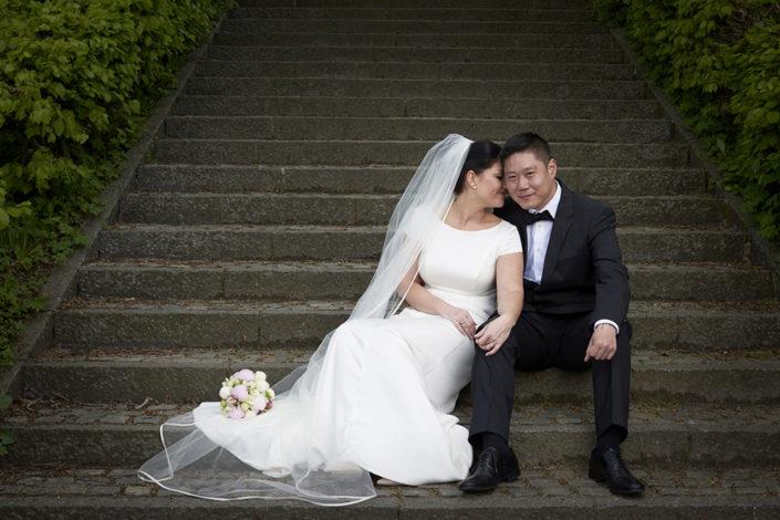 Bryllupsfotografi brudepar på trappe