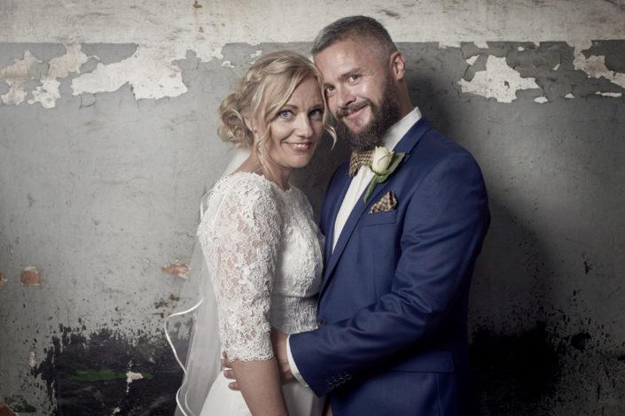 Bryllupsfoto af brudepar i urbant miljø
