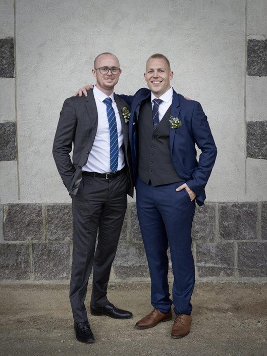 Bryllupsfoto af kyssende brudepar