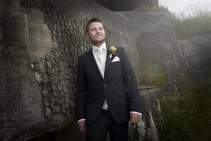 Bryllupsfotografi af brudgom ved bunker