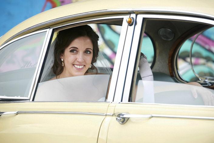 Bryllupsfotografi glad brud i bryllupskaret