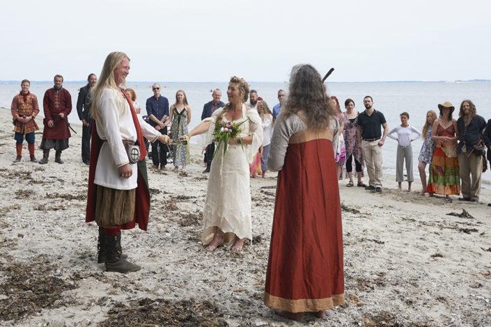 Bryllupsfotografi vikingebryllup på strand